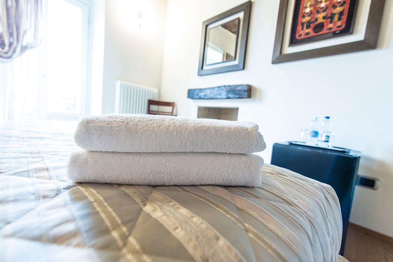 ausonne-stanza-asciugamano-bianco