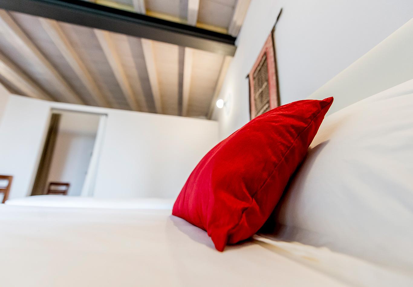 canonica-appartamento-cuscino-rosso