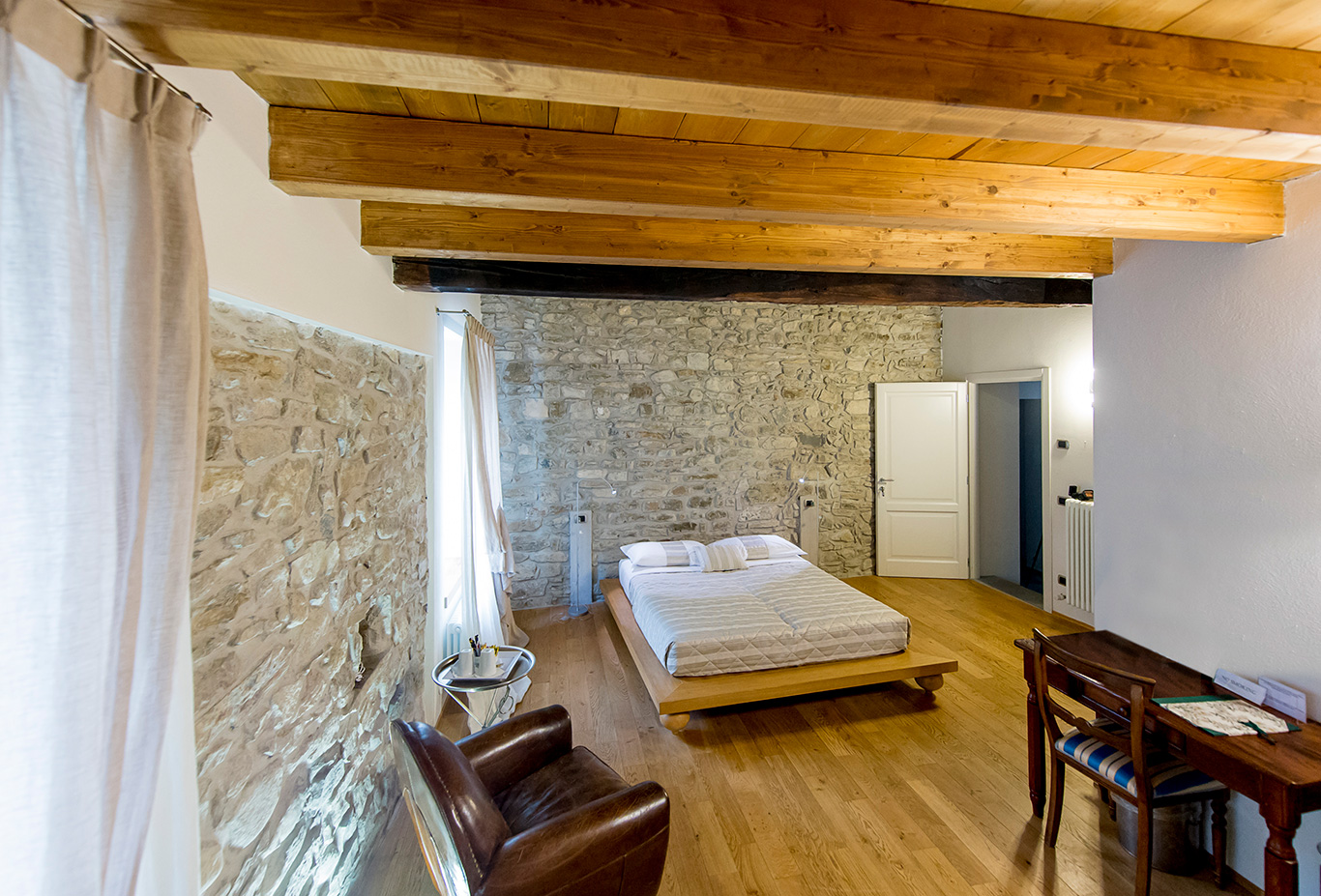mouton-camera-da-letto-muri-di-pietra